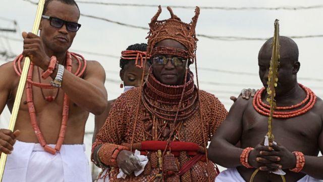 Oba Ewuare II (C) lors de son couronnement à Benin City, Nigeria - 20 octobre 2016