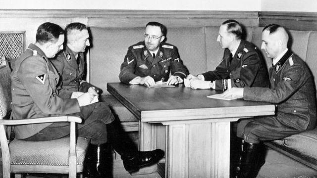 Хубер (крайний слева) на совещании с другими генералами СС (слева направо): Артуром Небе, Генрихом Гиммлером, Рейнхардом Гейдрихом и Генрихом Мюллером. Фото 1939 года.