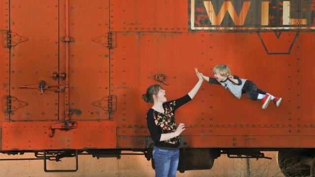 Wil en el aire junto a una joven
