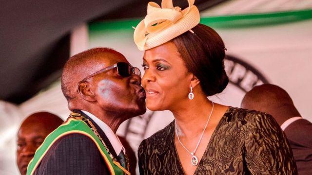 Ex-presidente Robert Mugabe e a ex-primeira-dama Grace Mugabe durante a comemoração dos 37 anos de independência do país, em abril de 2017, na capital Harare.