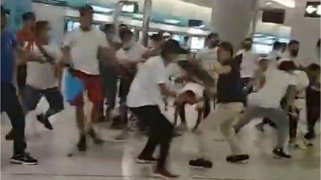 香港新界元朗晚间也爆发冲突。网络上多个视频显示,一批身着白衣、戴口罩人士用棍棒追打市民。
