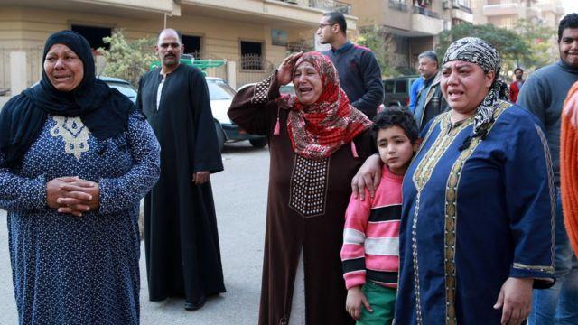 نساء ورجال متأثرون بتفجير الكنيسة في مصر