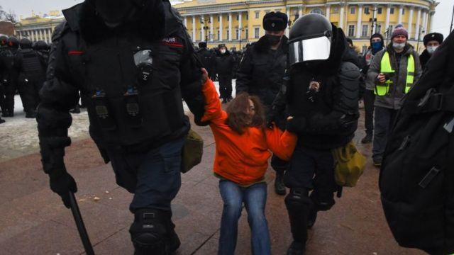 La policía detiene a una manifestante en una protesta en San Petersburgo.