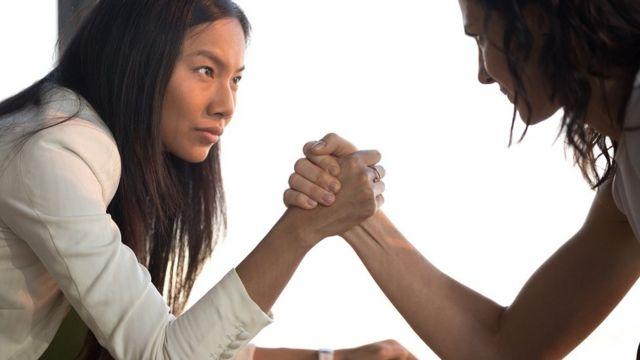 dve žene obaraju ruke