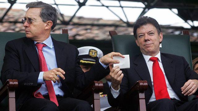 Uribe y Santos intercambian una nota cuando el primero era presidente.