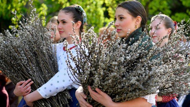 Традиция святить вербу есть не только в Украине. На фото - Венгрия