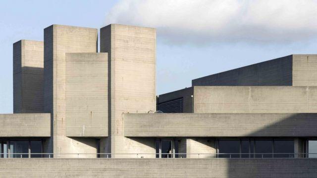 Londonsko nacionalno pozorište (arhitekta: Denis Lasdun) - kao i mnoge brutalističke zgrade - nastavlja da izaziva oprečna mišljenja
