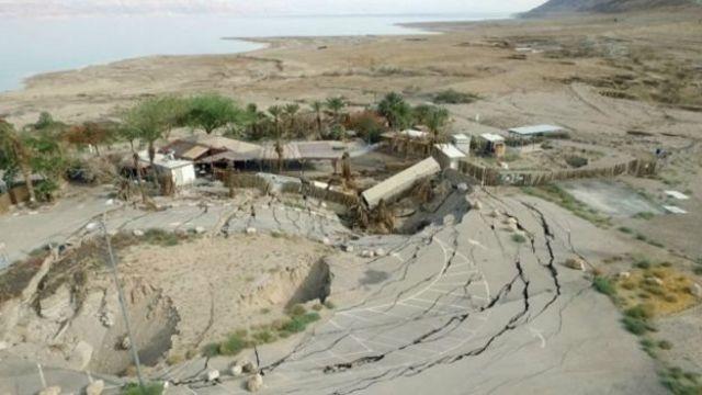 الأرشيف: مجموعة من المباني التي ابتلعها أحد المجاري الجافة على أحد شواطئ البحر الميت