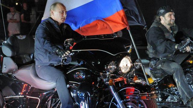 普京在南部的新罗西斯克,与夜狼队同赴电单车节