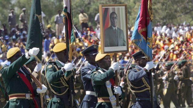 Wanajeshi wa Zimbabwe wakiwa wameshikilia picha ya rais Robert Mugabe kwenye gwaride mjini Harare, Aprili 18, 2008 wakati wa sherehe za 28 za maadhimisho ya Uhuru