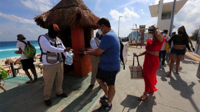 Gel antibacterial para acceder a una playa de Cancun