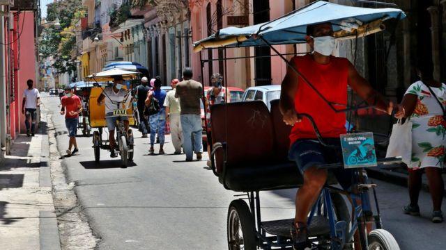 Personas caminan en una calle de La Habana