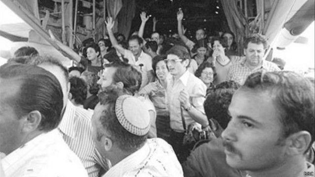 ऐन्तेबे से सुरक्षित इसराइल लौटने पर बंधक और उनके परिजनों के आंसू छलक आए.