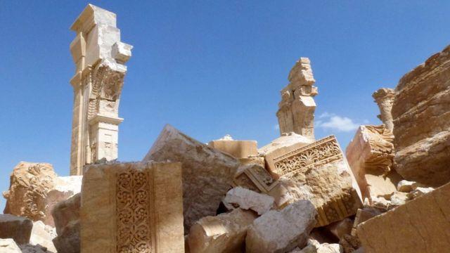 昨年10月にISが爆破した2000年近く前の凱旋門の残骸