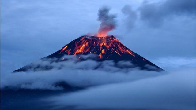 Вулканы назвали так по имени древнеримского бога огня Вулкана (на снимке - извержение вулкана Тунгурауа в Эквадоре)