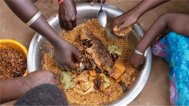 Au Sénégal, les gens partagent généralement la nourriture dans un grand bol ou une grande assiette, et les meilleurs morceaux sont réservés aux invités.