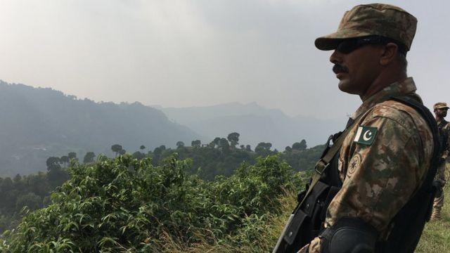 नियंत्रण रेखा के पास तैनात पाकिस्तानी सैनिक