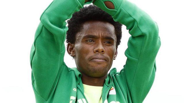 Feyisa Lilesa le médaillé d'argent du marathon aux JO pleure pour son pays l'Ethiopie