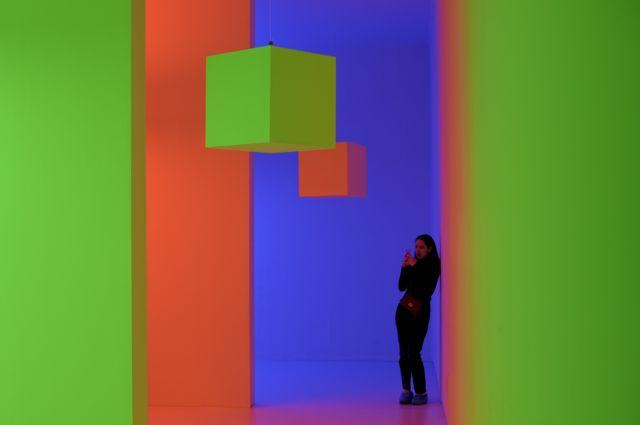 """Un visitante toma una foto a una obra de Carlos Cruz-Diez llamada """"Cromosaturación""""."""