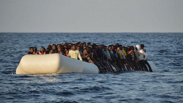 Un bateau de migrants en méditerranée