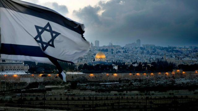 Bandeira de Israel tremula no Monte das Oliveiras com a Cidade Velha de Jerusalém ao fundo
