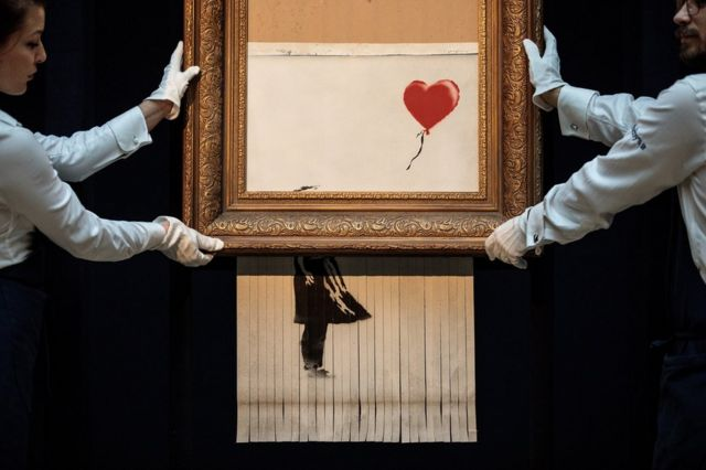 """倫敦蘇富比拍賣行以超過100萬美元的高價拍出""""手持氣球的女孩""""(Girl With Balloon)後,畫布突然自行粉碎。"""