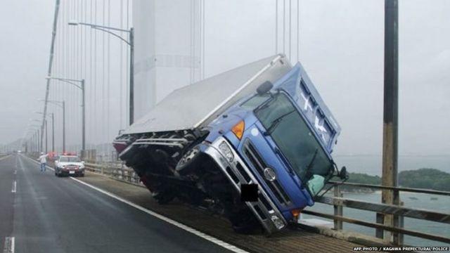 हवा इतनी तेज़ चल रही है कि इसकी वजह से ट्रक उलट गया
