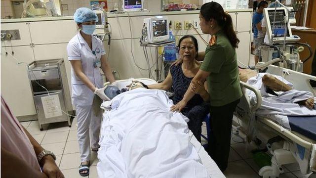 Người nhà một bệnh nhân bên giường bệnh trong Bệnh viện Đa khoa Hòa Bình