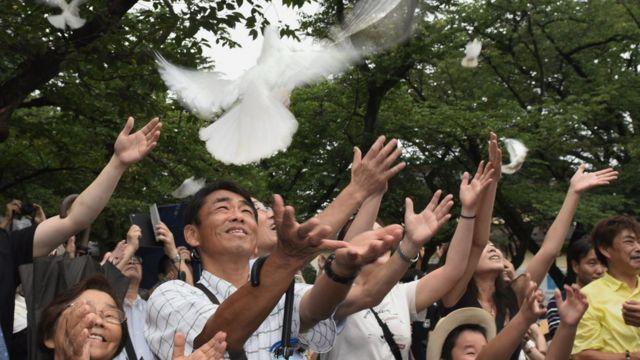 Người dân Nhật thả chim bồ câu để tưởng nhớ những người đã khuất trong lễ tưởng niệm được tổ chức tại đền thờ Yasukuni, Tokyo.