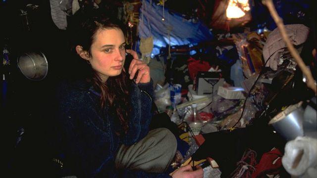 Julia Butterfly Hill hablando por un teléfono celular dentro de su refugio en el árbol