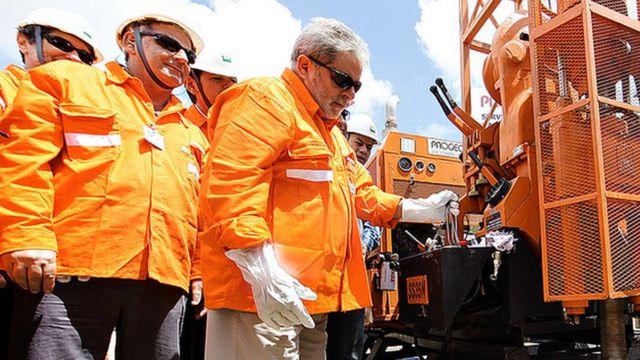 Lula em plataforma da Petrobras