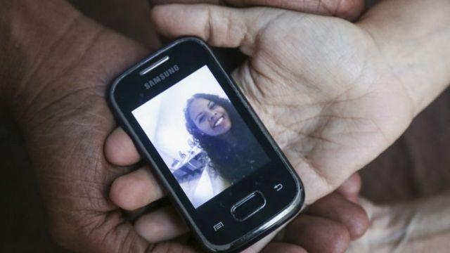 Setelah pengungsian besar-besaran 2,3 juta orang, banyak keluarga Venezuela hanya bisa berhubungan lewat telepon.