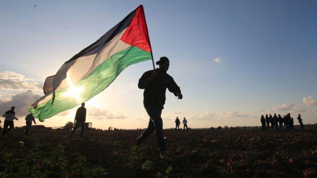 Un hombre con la bandera palestina.