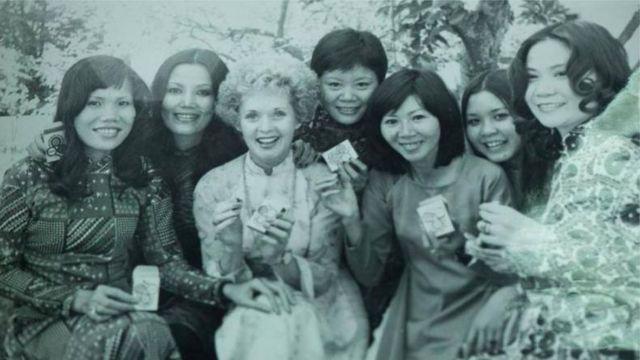 Diễn viên Kiều Chinh và bè bạn (hình tư liệu)