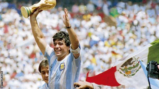 مارادونا يحمل كأس العالم