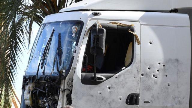 Испещренный пулями грузовик на набережной в Ницце
