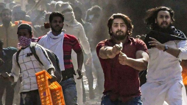 ఫిబ్రవరి 24న మౌజ్పూర్ సమీపంలో ఓ వ్యక్తి పోలీసుపై పిస్టల్ గురిపెట్టారు