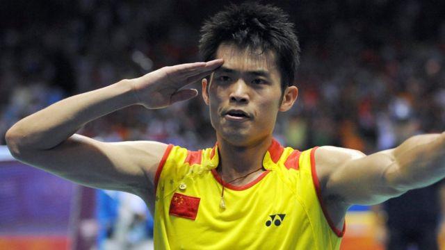 2008年北京奥运中国选手林丹击败马来西亚选手李宗伟后向观众行军礼(17/8/20085)