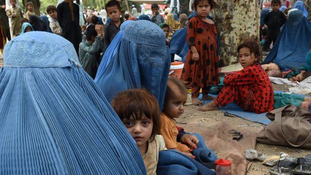 Mujeres cubiertas con burkas con niños en el centro de repatriación de la ONU en Peshawar