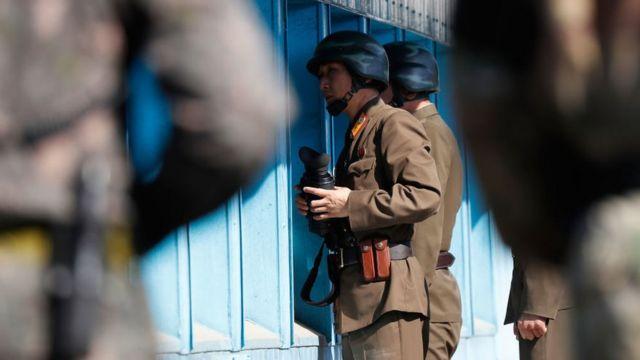 Militares norcoreanos miran hacia la frontera con el Sur en la Zona Desmilitarizada que divide a las dos Coreas.