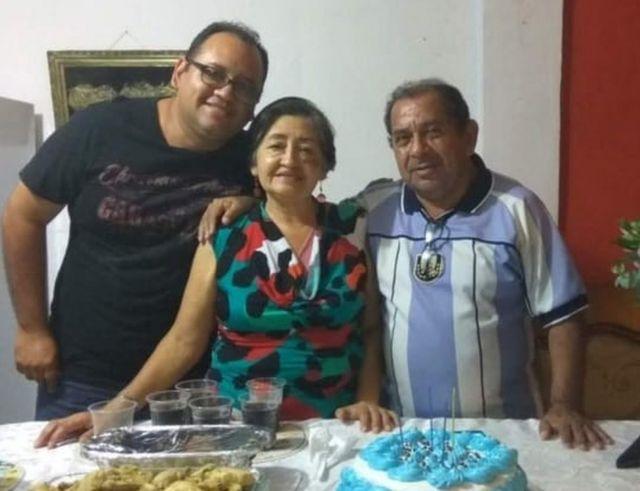 El padre de Augusto, Nelson Itúrburu, murió con 75 años. Su madre, Carmen Carabajo, murió con 72.