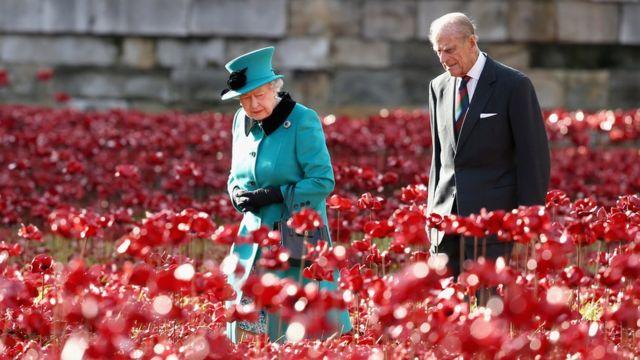 صورة للملكة والأمير فيليب في نوفمبر/تشرين الثاني 2014 أثناء افتتاح معرض زهور الخشخاش في البرلمان
