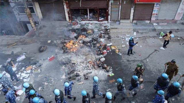 दिल्ली में जली हुई दुकान
