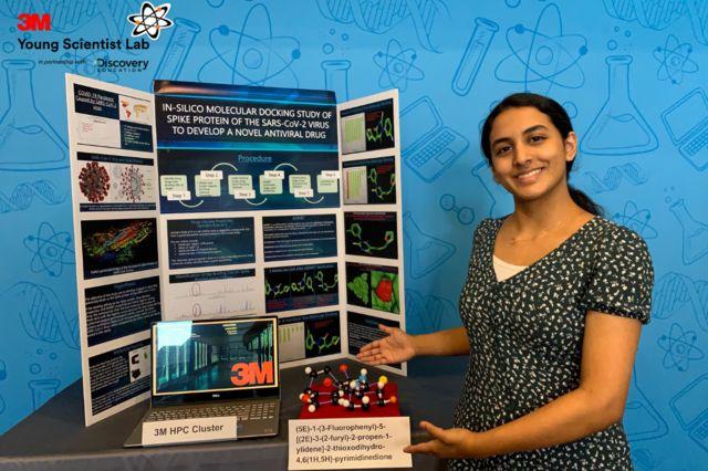 Anika Chebrolu con su proyecto.