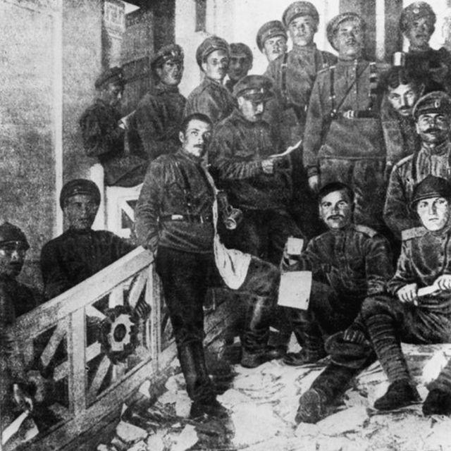 солдаты на ступеньках особняка Кшесинской