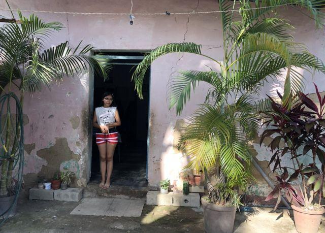 Valeria Torres en la puerta de su casa en Maracay, Venezuela.