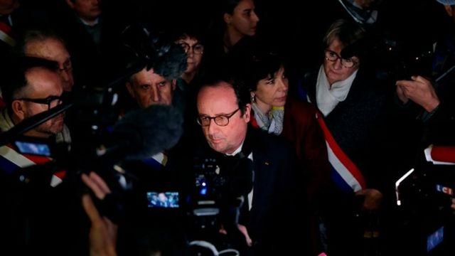 Fransa'nın bir önceki cumhurbaşkanı Holland da gösterilere katıldı.