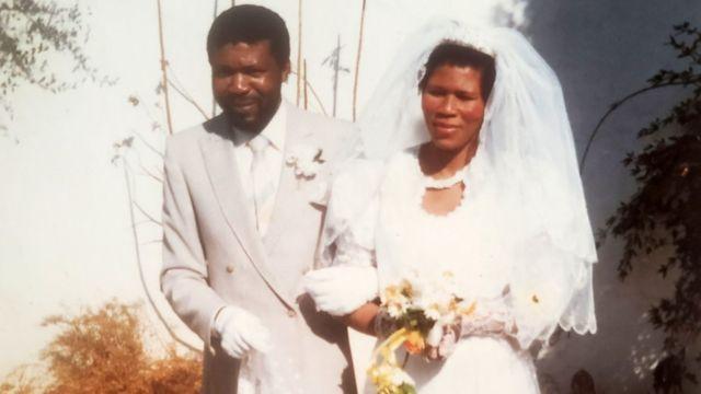 Agnes e seu marido no dia do casamento. Ela, vestida de noiva. Ele, de terno branco