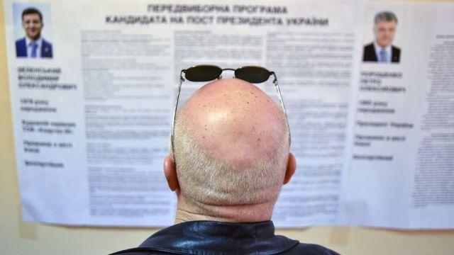 Мужчина на избирательном участке