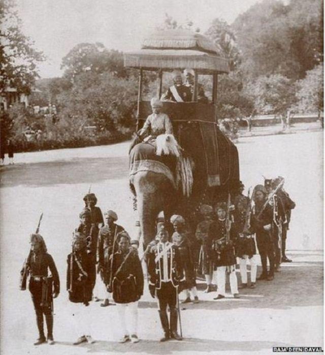 1904માં હૈદરાબાદમાં ઝડપવામાં આવેલી આ તસવીરમાં આફ્રિકન સલામતી રક્ષકો જોવા મળે છે